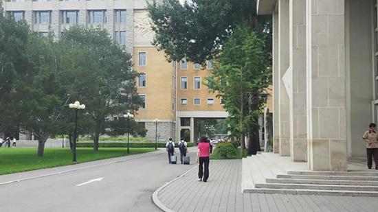 两位学员毕业离校的场景