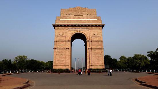 印度首都新德里拍摄的国王大道上的印度门。