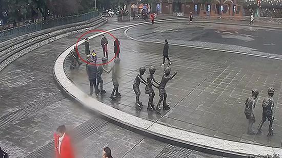 """陈先生和""""相亲对象""""在一起(图中标红圈处)。巴南警方供图"""