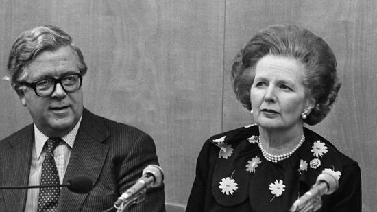 1984年12月,杰弗里?豪和撒切尔夫人在香港的一场新闻发布会上。图自港媒