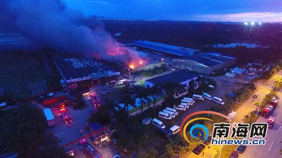 8月1日傍晚,海口市椰海大道南侧农业示范园亚蔬高科种业一仓库发生火灾,目前大火仍在燃烧。南海网记者刘洋摄