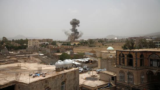 资料图:此前也门萨那遇袭。(路透社)