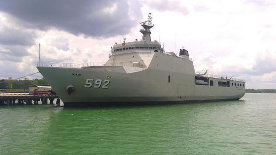 """印度尼西亞海軍""""望加錫""""級船塢登陸艦""""馬辰""""號。若包括後來改裝?醫院船的""""蘇哈洛博士""""號,印尼將一共擁有6艘萬噸級兩棲戰艦。"""