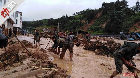 云南洪涝致5死多人失联 消防官兵遇塌方挖泥爬行