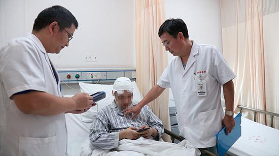 经过手术治疗后的患者,脑部已被植入了脑起搏器。