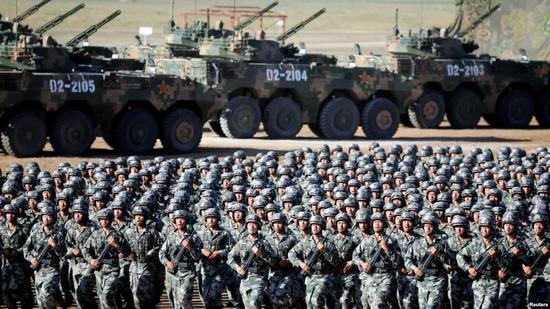 ▲资料图片:2017年7月30日,中国解放军在内蒙古朱日和训练基地举行庆祝建军90周年阅兵。(路透社)