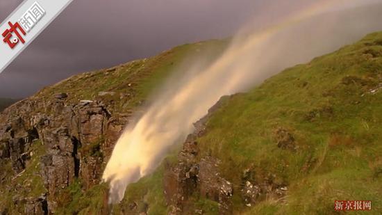 """英国飓风""""吹翻""""瀑布 水逆流飞向天空现彩虹(图)"""