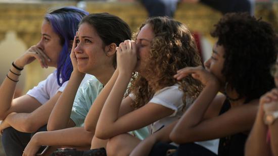 民众在博物馆废墟前流下泪水 图自华盛顿邮报