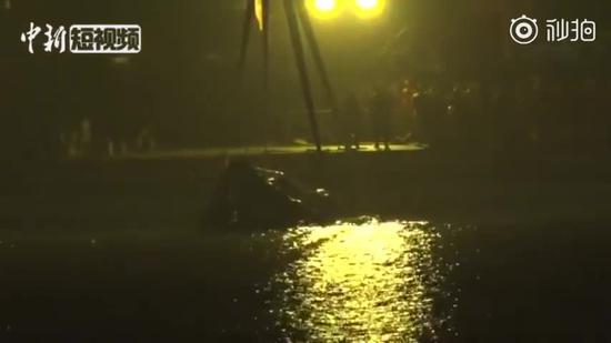 视频|重庆万州坠江公交车打捞出水 车身明显变形