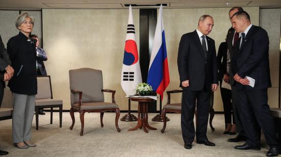 普京正在等待文在寅,左侧为韩国外长康京和。(韩国《中央日报》)