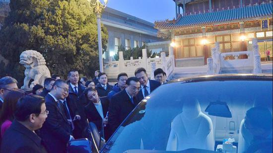 李克強總理應馬斯克邀請,在紫光閣外參觀了特斯拉的新能源汽車。圖片來源/中國政府網