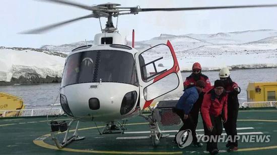 """▲1月23日,直升机将中国研究人员送上""""全洋""""号破冰船。(韩联社)"""