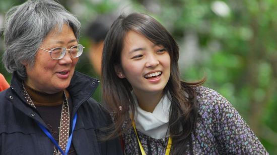 ▲上海青年志愿者陪福利院老人逛公园 资料图 图片来源:视觉中国