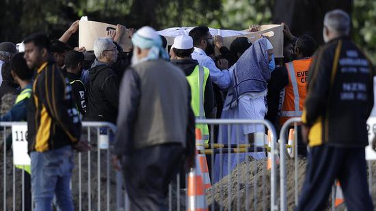 當地時間3月20日,新西蘭槍擊案遇難者首個葬禮舉行,數百人蔘加。圖源:美聯社
