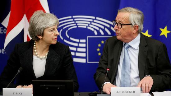 (2019年3月11日,法国斯特拉斯堡,英国首相特雷莎·梅和欧盟委员会主席容克出席资讯发布会。图源:路透社)