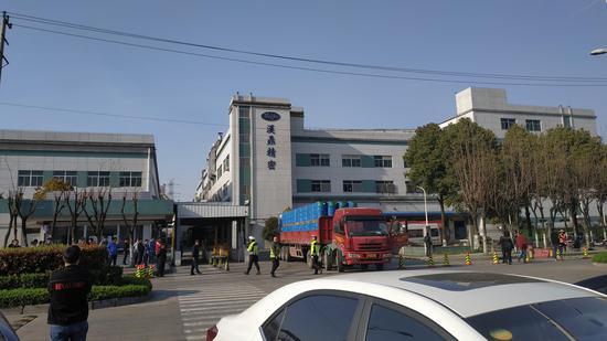 涉事企业发生燃爆事故后,有货车进出工厂运输货物。新京报记者 刘名洋 摄