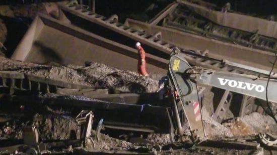 4月11日晚工作人员在现场救援。新京报记者雷燕超摄