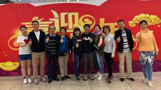 旅行團在上海浦東機場合影。受訪者供圖