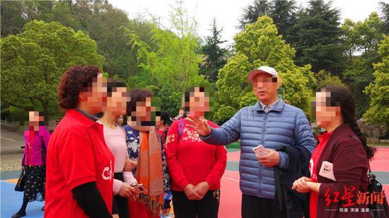 黄炳松(戴白色帽子者)参加校友聚会