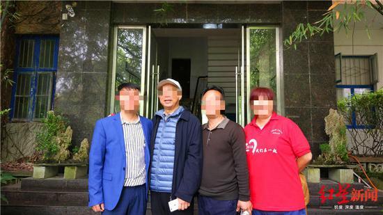 黄炳松(戴白色帽子者)与校友合影