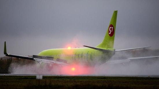 俄罗斯一架波音客机起飞时冲出跑道 依旧成功起飞|视频监控|客机