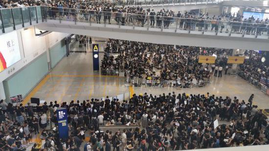 12日下午,黑衣人非法集会堵塞机场 图源:香港文汇报