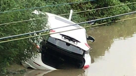 百万玛莎拉蒂提车3小时后冲入鱼塘 车内有3男1女|救援|交警