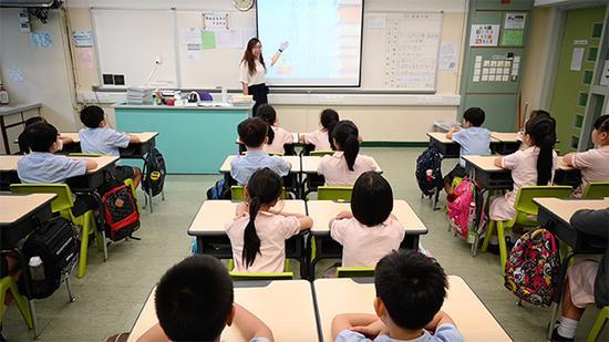 9月2日,喷鼻港教联会黄楚标黉舍一间课堂内,门生正正在上开教第一课。