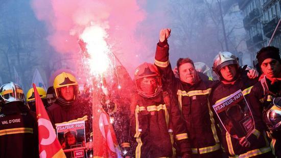 示威活动变暴力冲突 巴黎警方用催泪瓦斯驱示威者