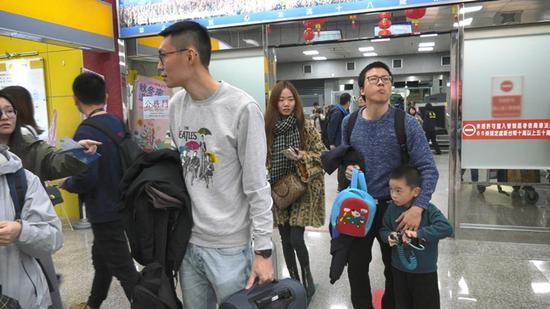 台湾选举前一日 金门小三通机场涌现返乡投票人潮图片