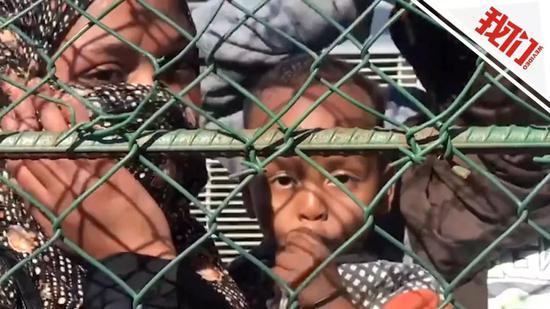 利比亚机场空袭致冲突升级 联合国:正帮难民紧急撤离。新京报我们视频截图