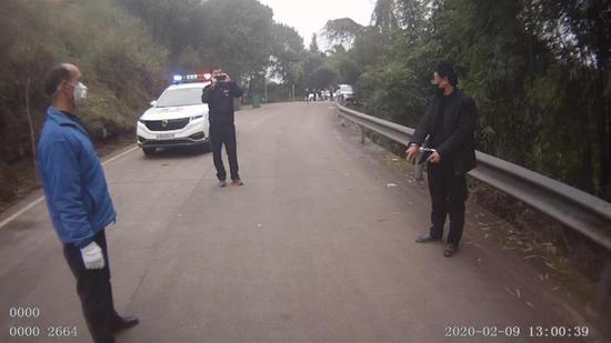 嫌疑人王某指认冲卡打人现场。江津区公安局 供图