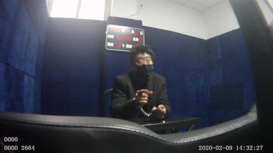 嫌疑人王某接受警方讯问。江津区公安局 供图