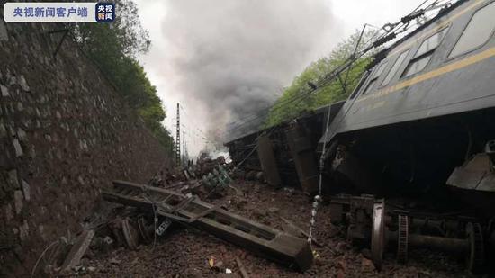 一列客运火车在湖南境内出轨 3-4节车厢脱轨机头着火图片