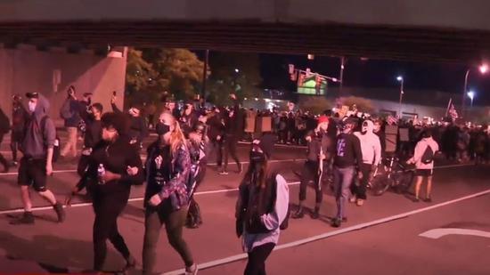 普鲁德死亡一案引发民众大规模抗议。