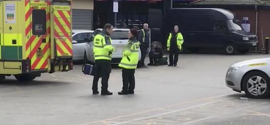 视频: 英国80岁老人危险驾驶冲撞人群致6伤