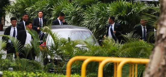 警卫员在专车附近警戒。图片来源:韩民族日报