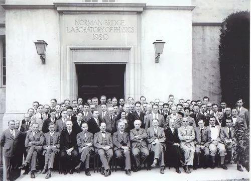 1929年赵忠尧在美国加州理工大学留学时与导师合影。前排右四正后方为赵忠尧