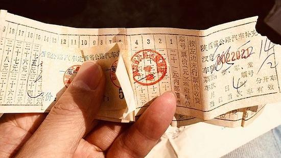 张扣扣的父亲张福如至今还保存着早年上访的来往车票(刘向南摄)