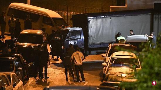 """纳吉布住所外停了十余辆警车,其中一辆是俗称""""囚车""""的""""黑玛丽""""。"""