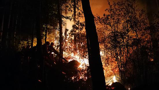 火灾救援现场 张蒙 图