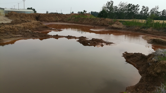 厂外未经防渗处理的污水坑