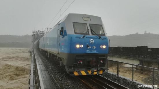 大桥水位超警 成都铁路局8千吨火车上桥抗洪