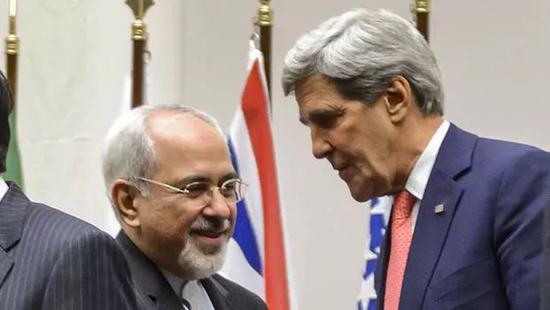 ▲资料图片:2013年11月24日,伊核计划国际协议签订后,伊朗外长扎里夫与时任美国国务卿克里交谈。(法新社)