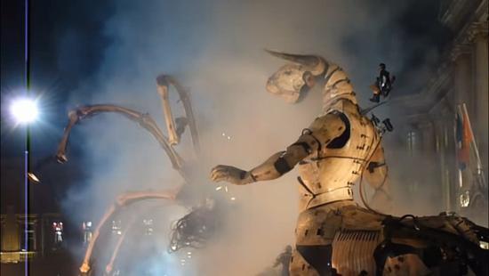 视频|蜘蛛精大战牛魔王?法国街头巨型机械艺术惊呆