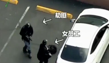 视频:女子遭劫持勇敢自救 警察击倒劫匪