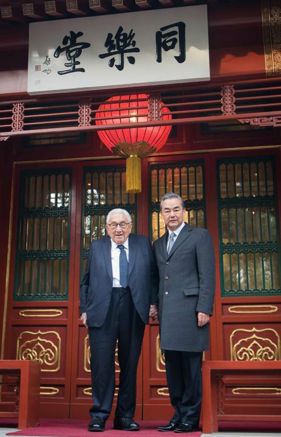 11月8日,国务委员兼外交部长王毅在北京会见美国前国务卿基辛格。 (新华社)