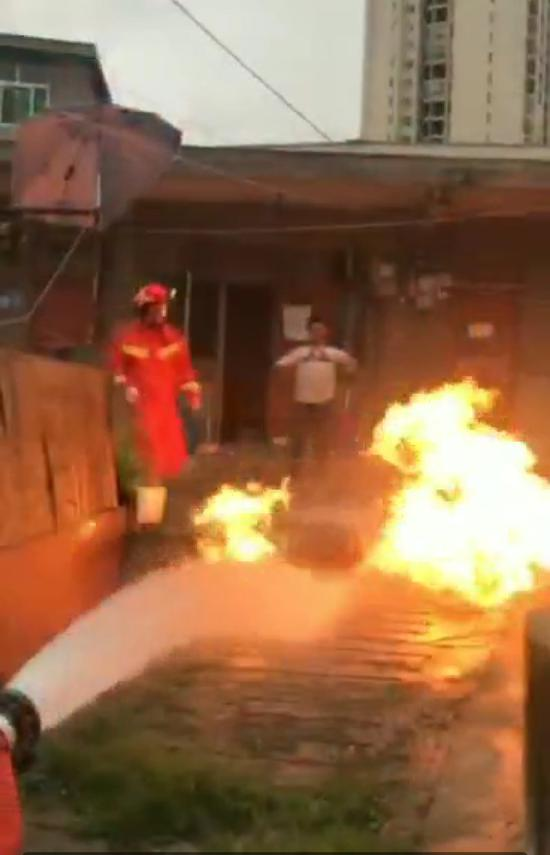 贵州一男子酒后引燃煤气罐 警方已将其控制|煤气罐|酒后|消防员