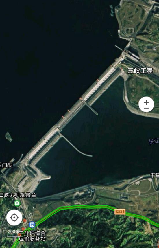 澎湃新闻记者查询腾讯卫星图,显示坝体无变形