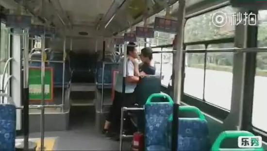 色狼公交做完坏事想跑 被司机控制:像拎小鸡一样